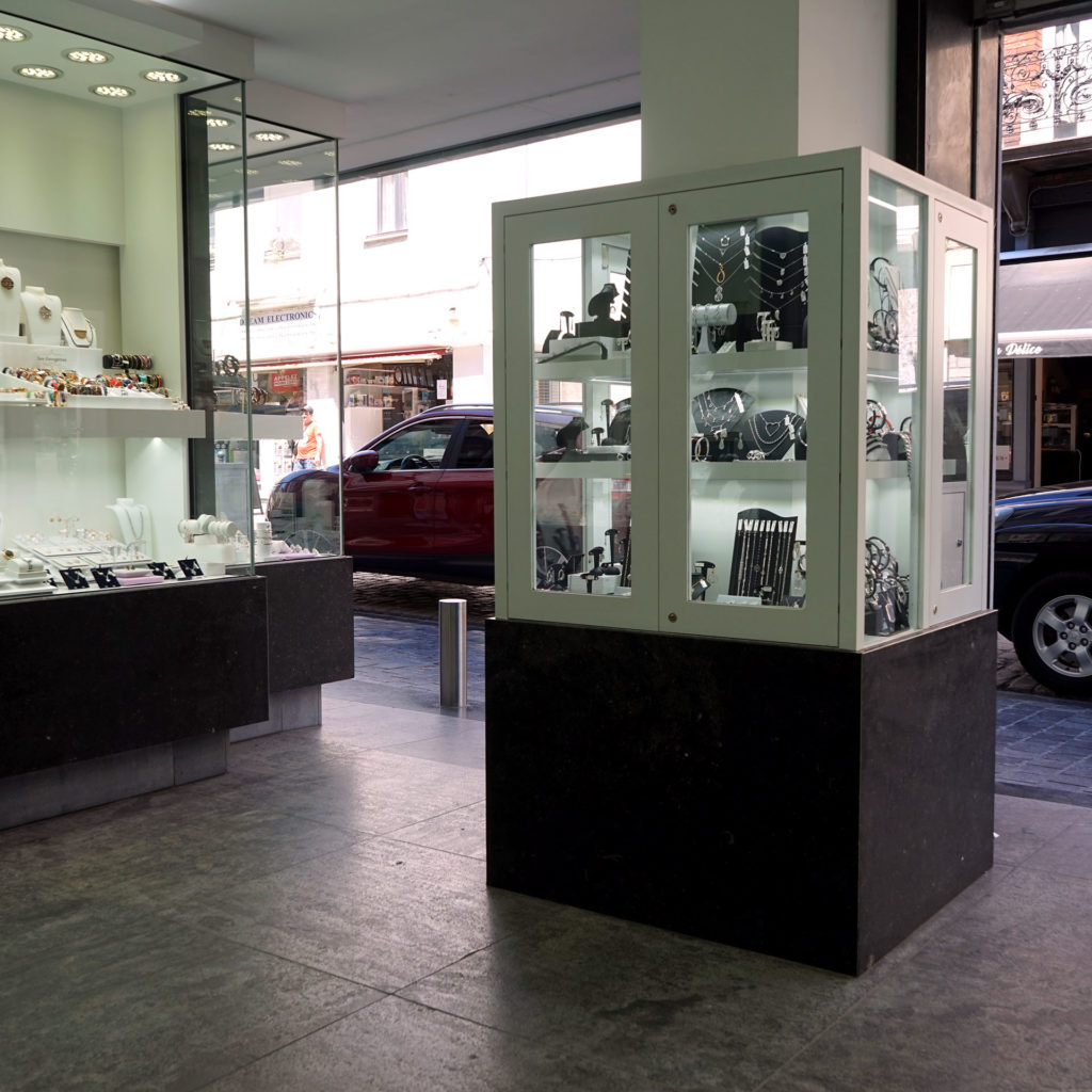 Vitrines de la bijouterie Livis Laforge à Soignies coté rue